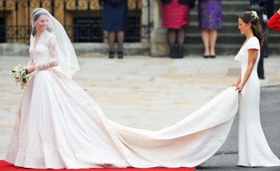 Rajongása az exkluzív darabok iránt számtalan divatőrületet indított  útjára. Újra divatba hozta a hosszú ujjú esküvői ruhákat 7eff21484e