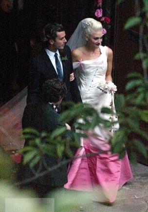 ... ház korábbi tervezője álmodta meg Gwen Stefani ruháját 16944c9a99