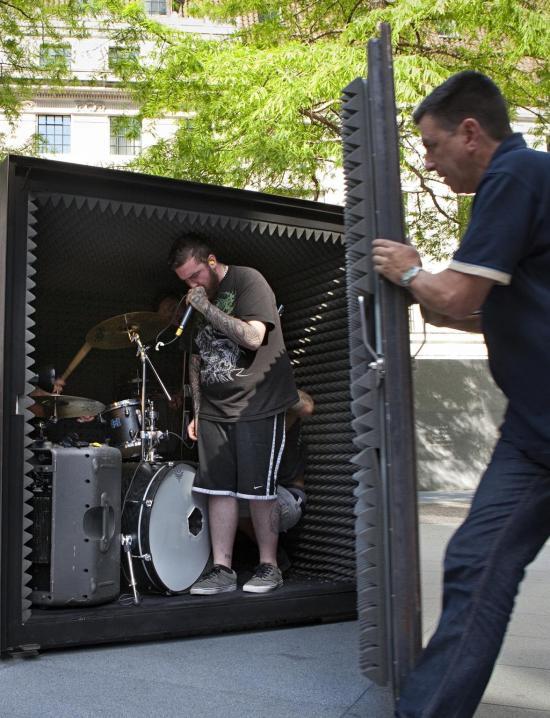 Death metal zenekar fémdobozban