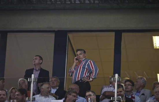 Orbán Viktor telefonon irányítja a mérkőzést