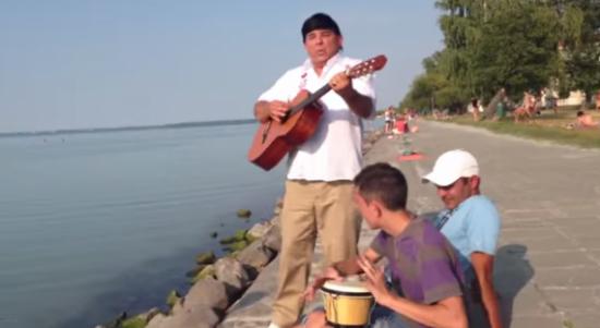 V Zolika a Balaton parton gitárral