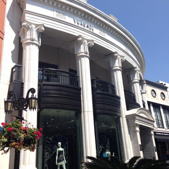 Donatella Versace se aprózta el a Pantheon méretű butikját