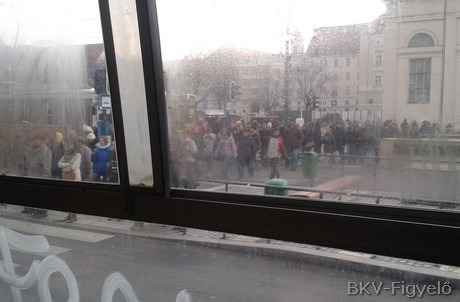 Pótlóbusz és tömeg a Deák téren