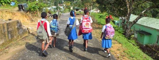 Iskolás gyerekek tartanak haza Brasso Secóban