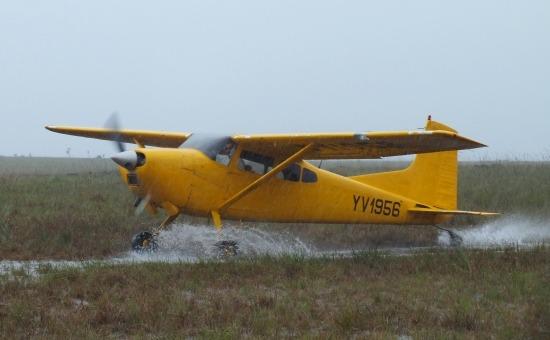 Elmebeteg pilóta landolása Yunek kifutópályáján