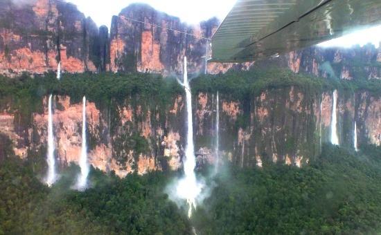 Az Akopán tepui északi oldala és a 300 méteres vízesések