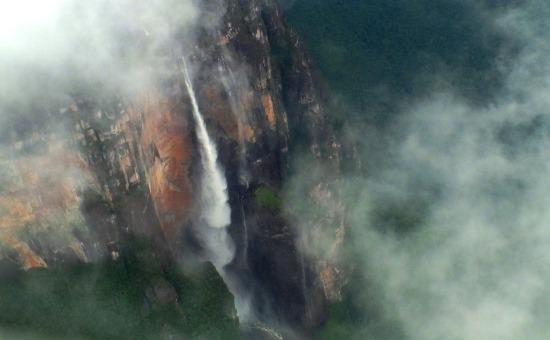Az Angel-vízesés a repülő ablakából