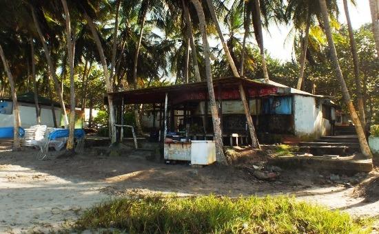 Jellemző kép Playa El Aguán: elhagyott éttermek és mulatók mindenhol