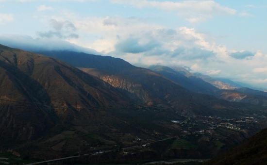 Kilátás a központi völgyre valahonnan az útról