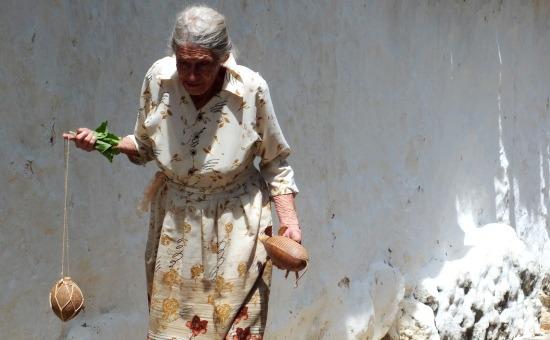 Öreg hölgy érkezik kézműves termékeivel Guanéban