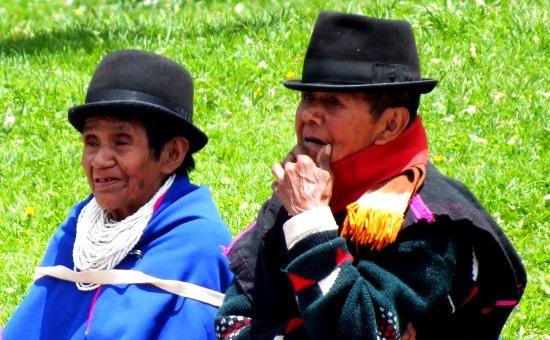 Guambiano férfi és nő a kötelező kemény kalappal