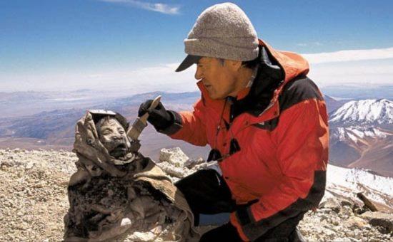 Johan Reinhard és az ő Juanitája közel az Ampato csúcsához (a képet természetesen nem mi lőttük)