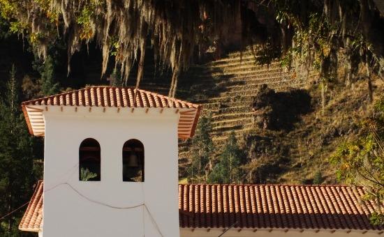 Pisac falu templomából csak ennyi látszik a piac ponyvái felett