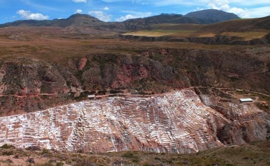 Salinas sóteraszai az Urubamba-völgy szélén