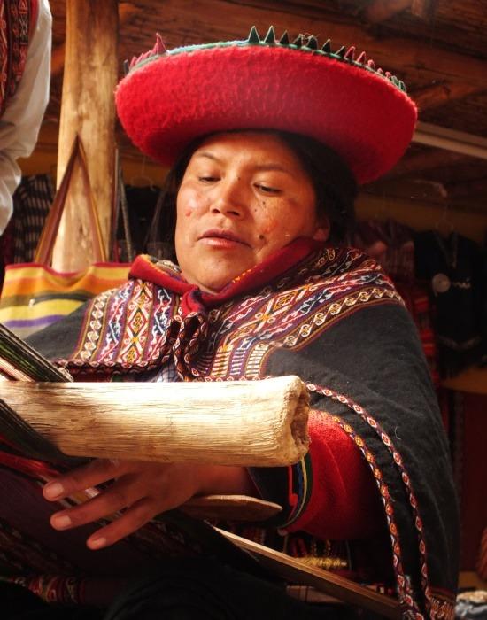 A chincherói asszonyok a turisták kedvéért népviseletben szövögetnek