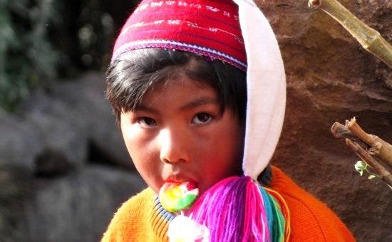 Nyalókázó taquilei kisfiú