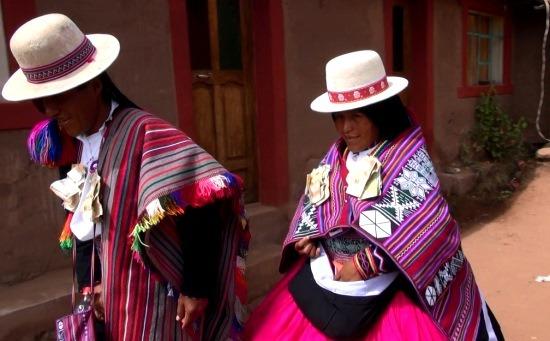 Az ifjú pár a jellegzetes fehér kalapban