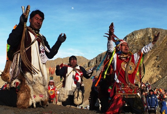 A sámán szólítja Apu Ausangatét (Qoyllur Rit'i)