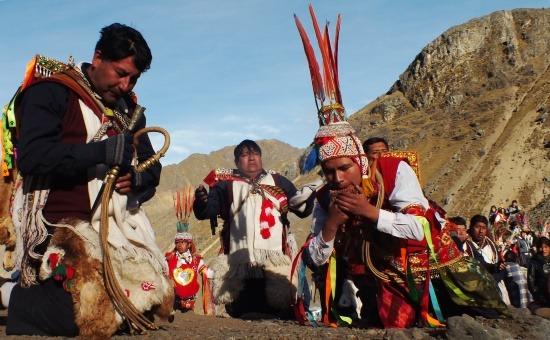 A sámán zenével köszönti Aput (Qoyllur Rit'i)