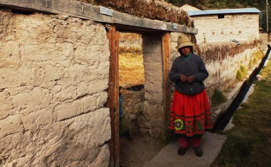 Cotahuasi népviselet egy lányon Mungui faluban