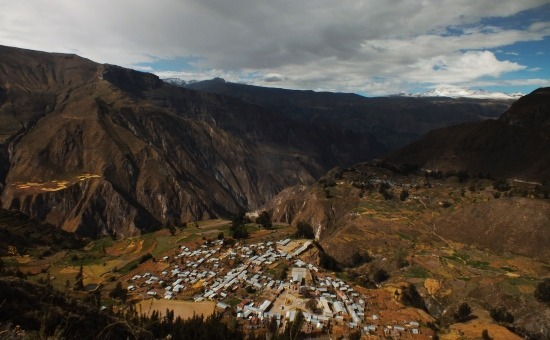 A Cotahuasi-kanyon háttérben a 6093 méter magas Solimanával
