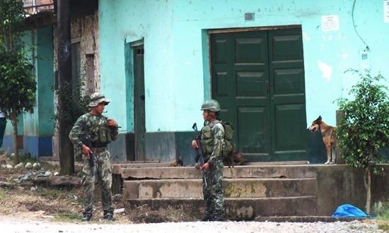 Siviában máig nyakig felvegyverkezve szédelegnek a katonák az utcákon