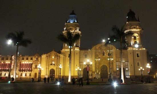 A Plaza de Armas esti kivilágításban megtéveszti az embert