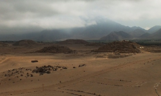 Caral romvárosát lassan betakarja a köd