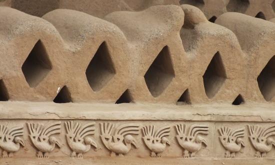 Pelikánok sorakoznak az épületek alján