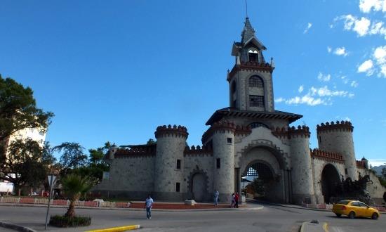 Loja egyetlen látnivalója a városkapuként szolgáló kastély
