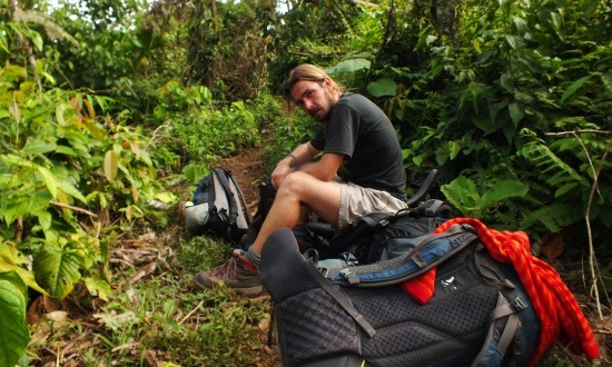 Endrének sem a kedvence az őserdőben menetelni több mint 20 kilóval a hátán