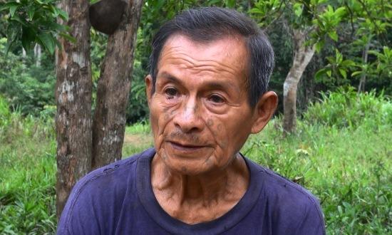 José Bajare arcán furcsa tetoválás látható