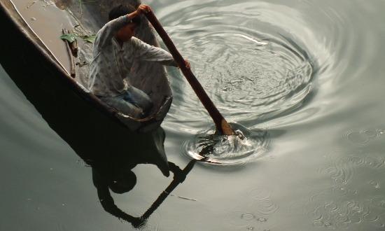 Pecás fiú a lagúnán