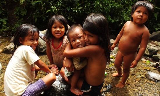 Shuar gyerekek Nantip határában