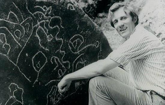 Stanley Hall a brit expedíció vezetője a La Esperanzában álló kő előtt (forrás: www.goldlibrary.com)