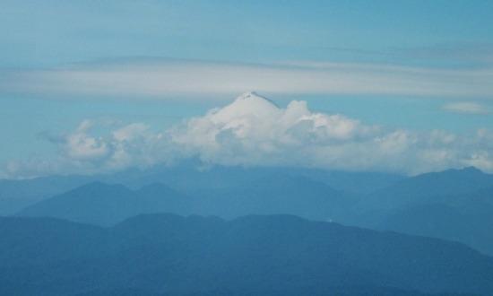 A Sangay-vulkán a gép ablakából