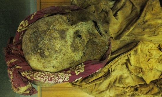 A szerzetes, akinek nyilván fájt a foga, ezért befalazták