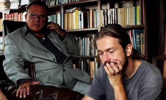 Az ügyvéd úr érdeklődve nézi a Jan Ramosszal készített interjút