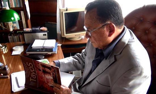 Dr. Gerardo Peña Matheus dedikálja könyvét