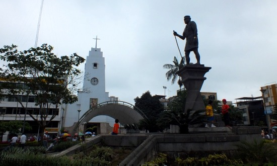 Santo Domingo főterén egy hatalmas tsáchila szobor áll