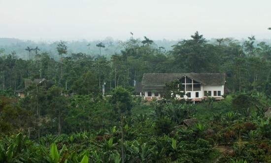 Távolról látszik, hogy a tsáchila falu egy skanzen
