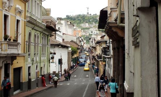 Utcakép Quitóban, háttérben a Panecillóval és a szárnyas Szűz Máriával