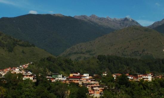A La Culata csúcsa emelkedik egy andoki falu fölé