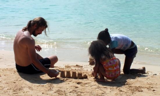 Endrét befogták a helyi gyerekek homokvárat építeni