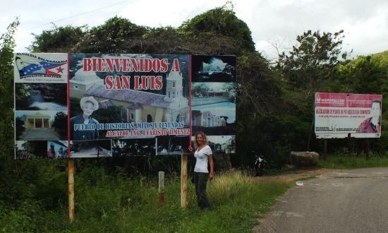 A várostábla mögött még mindig ott mosolyog a régen halott Chávez