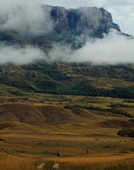A Roraima fenséges sziklaként tekint le a forró szavannára