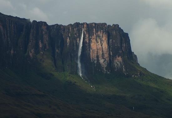 Eső után a 600 méter magas Kukenén-vízesés fenséges látvány