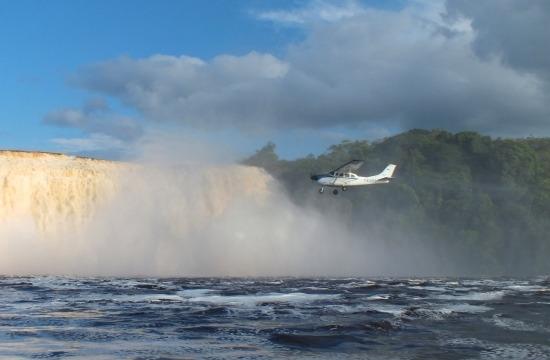 A legbátrabb pilóták ilyen közel repülnek a zuhataghoz