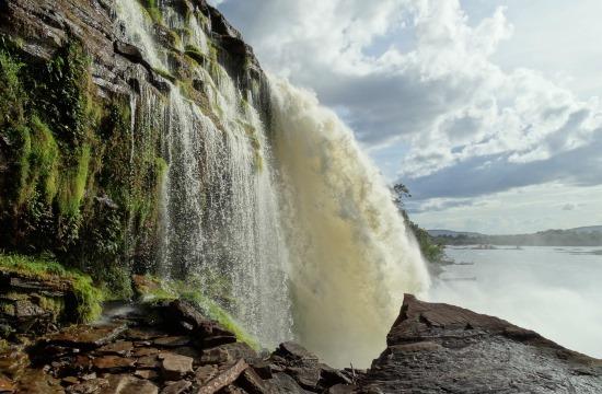 Kötelező program a vízesések mögé bebújni