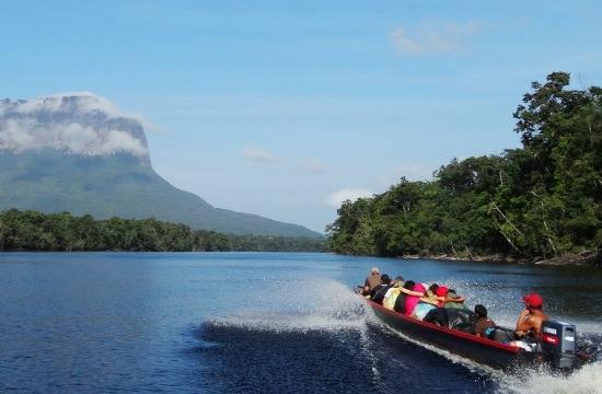 A turisták áznak-fáznak a csónakban